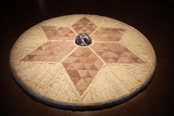 Mandala de Pedra, 2012 calcário de Assis e sodalita brasileira 2,6 m diâmetro