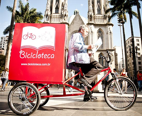 Robson Mendonça e a Bicicloteca, na Praça da Sé.